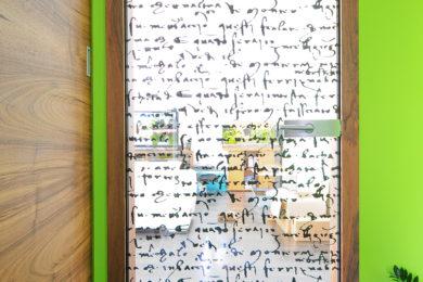 M2S domači oreh podboj krilo stekleno z printom na steklo